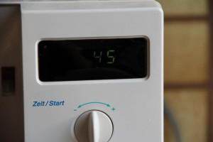 Die belegten Waffeln für 45 Sekunden bei 800 Watt in der Mikrowelle erhitzen.